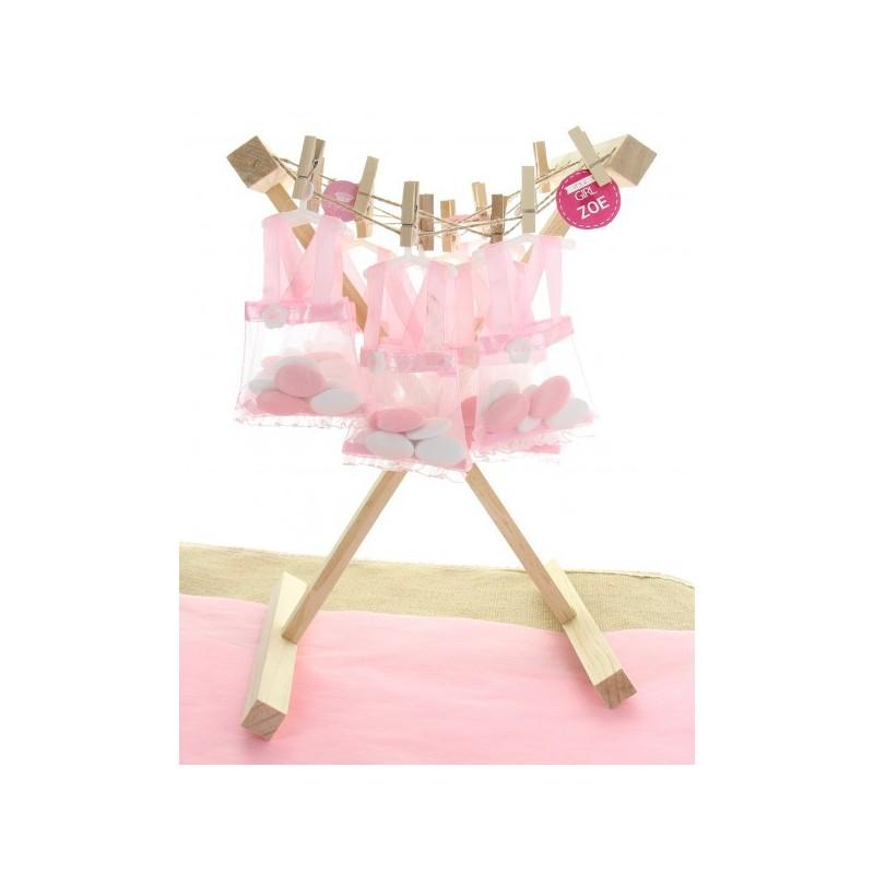 Présentoir en bois en forme d'étendoir avec robe rose